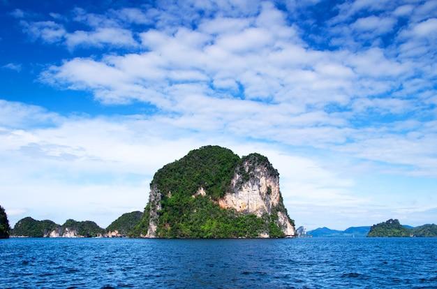 Eiland midden in de zee in thailand