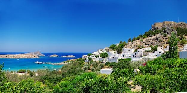 Eiland rhodos - populaire baai van lindou met het kasteel van de akropolis. oriëntatiepunt van griekenland