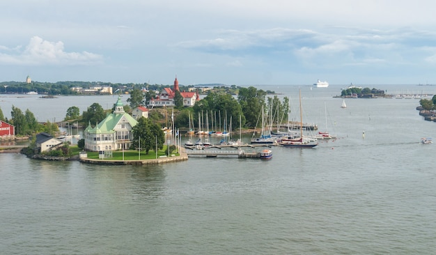 Eilanden in de oostzee bij helsinki in de zomeravond, finland Premium Foto