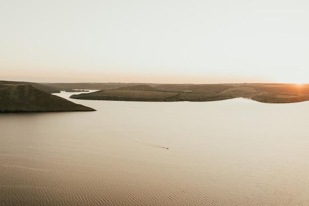 Eilanden in het midden van de zee bij zonsondergang
