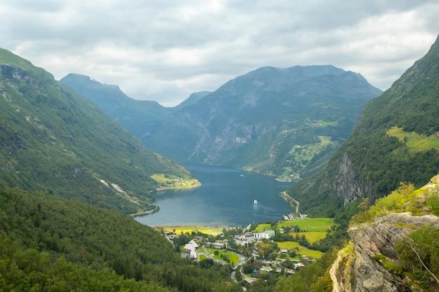 Eind van de beroemde geiranger-fjord, noorwegen met cruiseschip
