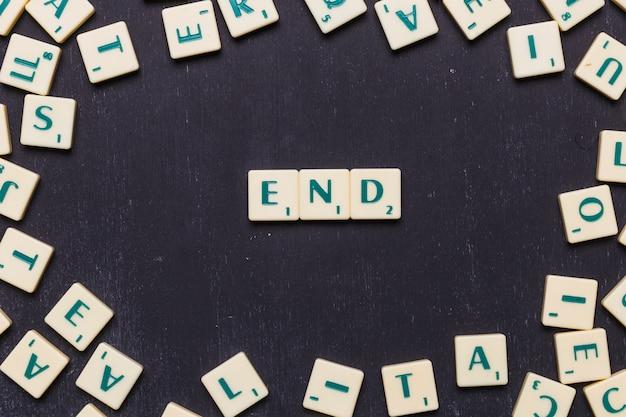 Einde scrabble letters gerangschikt over zwarte achtergrond