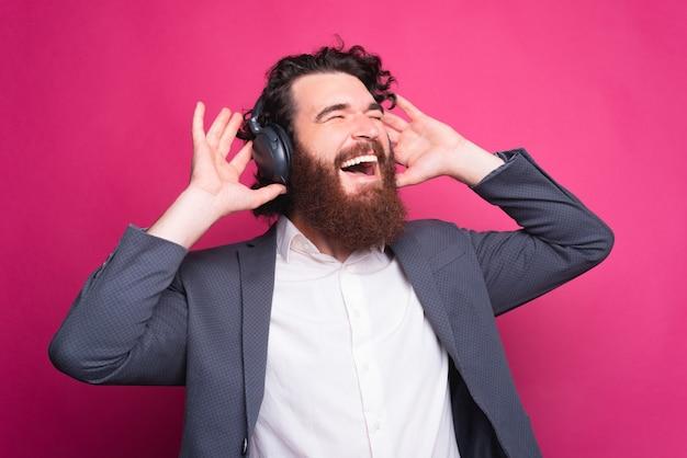 Eindelijk heb ik tijd om te ontspannen, de man luistert naar zijn favoriete muziek via de koptelefoon