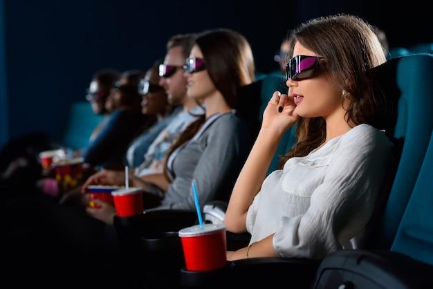 Eindelijk weekend portret van een jonge vrouw met een 3d-bril die ontspant in de bioscoop
