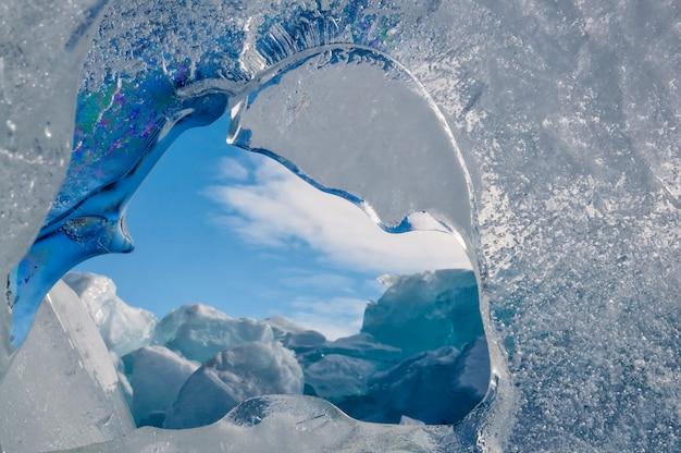 Eindeloze blauwe ijsheuvels in de winter op het bevroren baikalmeer