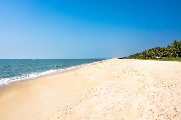 Eindeloze kilometers strand in het zuiden van india in kerala. mararikulam