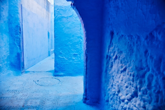 Eindeloze straten geschilderd in blauwe kleur