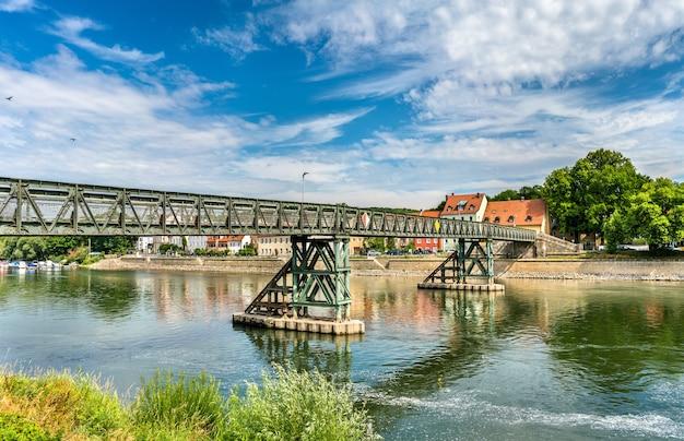 Eiserner steg-brug over de rivier de donau in regensburg