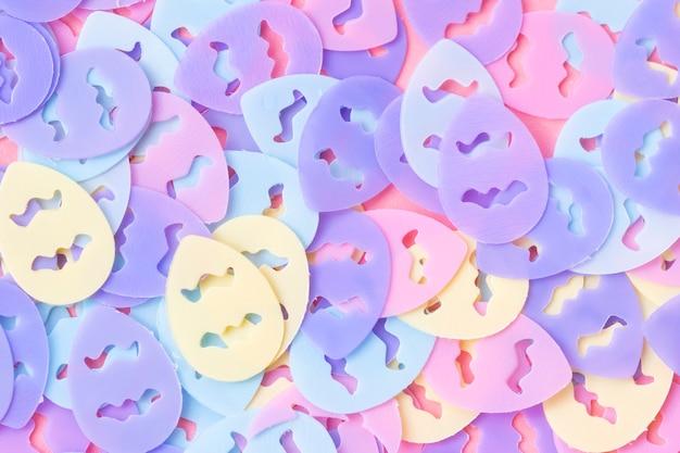 Eivormige pastelkleurige confetti op een roze achtergrond paaskaart