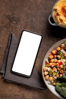 Eiwitrijke maaltijd met smartphone arrangement