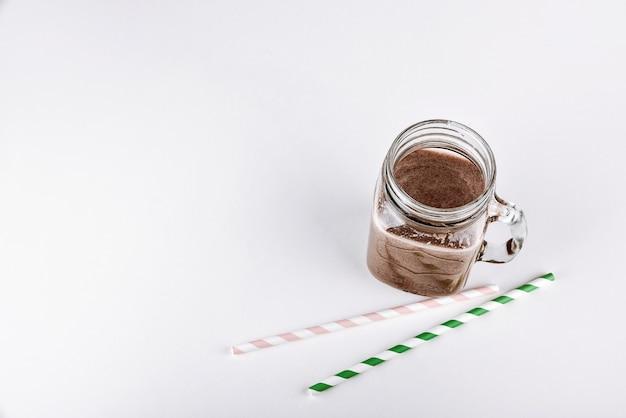 Eiwitshake smoothie met chocolade en cacao in een potje