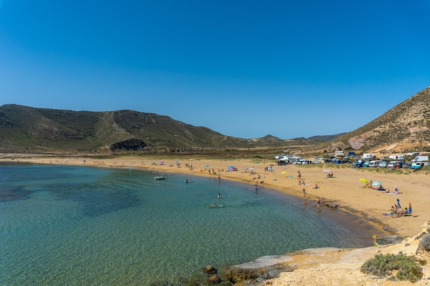El playazo de rodalquilar in cabo de gata op een mooie zomerdag, almeria