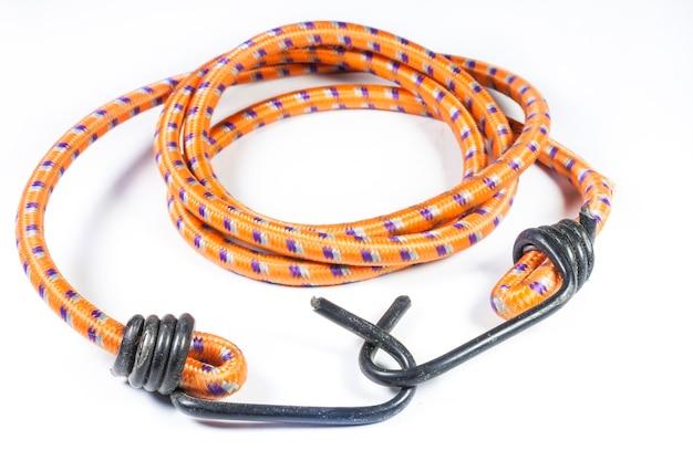 Elastisch touw met metalen haken op witte achtergrond.