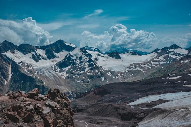 Elbrus, bergen in de zomer. grotere bergen van de kaukasus vanaf de berg elbrus