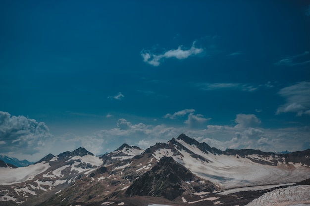 Elbrus, bergen in de zomer. grotere bergen van de kaukasus vanaf mount elbrus