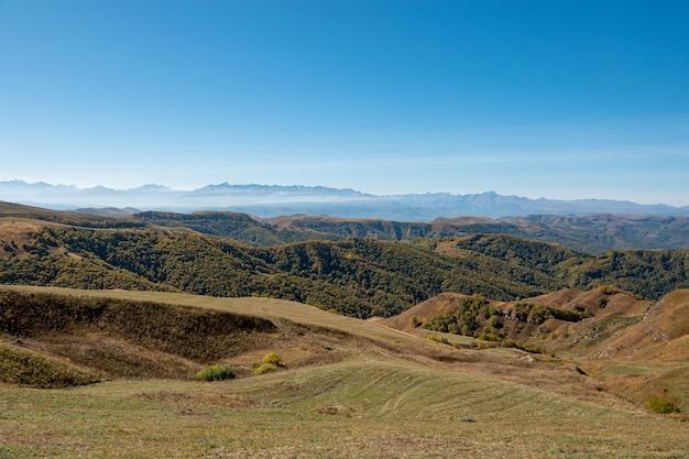 Elbrus en groene heuvels op zonnige dag. elbrus-regio, noord-kaukasus, rusland