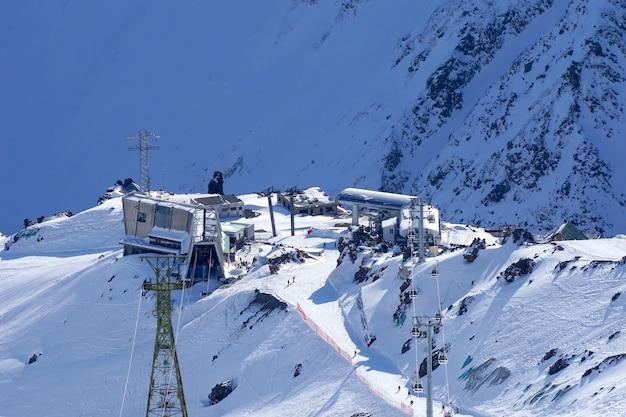 Elbrus-regio. uitzicht vanaf de top van mount elbrus naar mir noord-kaukasus station in rusland