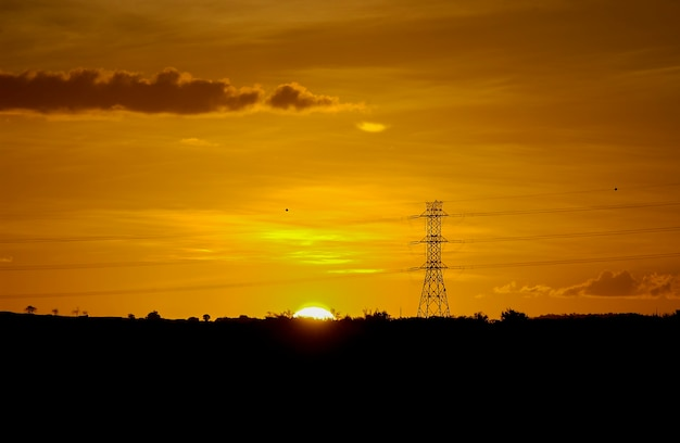 Electrificerende berichten met oranje zonsondergang hemelachtergrond.