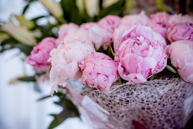 Elegant boeket van heel wat pioenen van roze kleur dicht omhoog. mooie bloem voor elke vakantie.