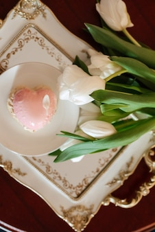 Elegant bruidsboeket van verse natuurlijke bloemen en groen