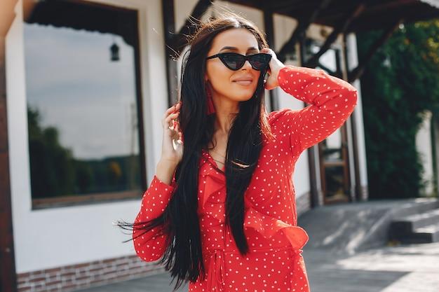 Elegant brunette in een de zomerstad
