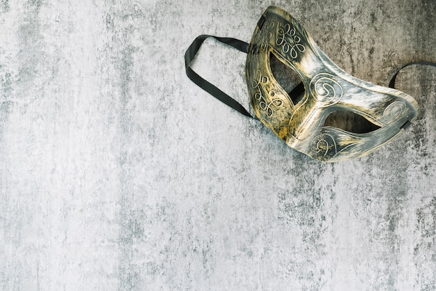 Elegant carnavalmasker op beton