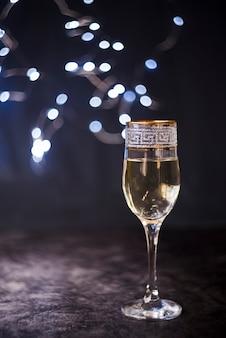 Elegant champagneglas op geweven oppervlak bij nachtfeest