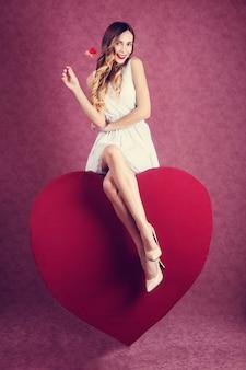 Elegant en mode vrouw met hart
