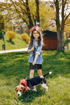 Elegant en modieus meisje in een de lentepark