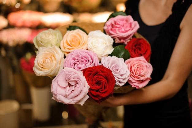 Elegant en mooi boeket van kleurrijke grote rozen