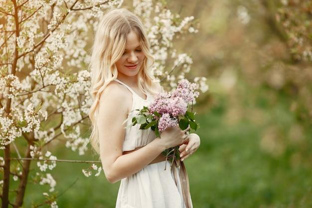 Elegant en stijlvol meisje in een lentepark