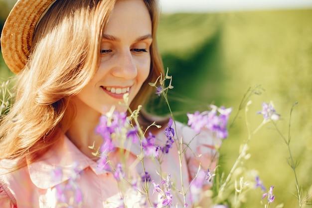 Elegant en stijlvol meisje in een zomer veld