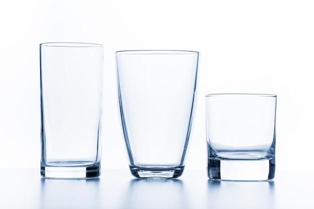 Elegant glas dat op een witte achtergrond wordt geïsoleerd
