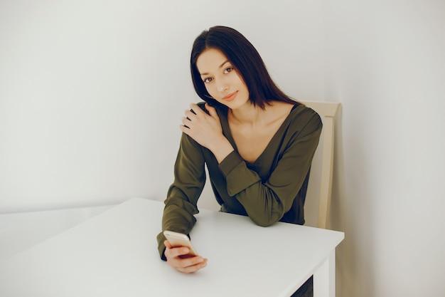 Elegant meisje in een groene blouse