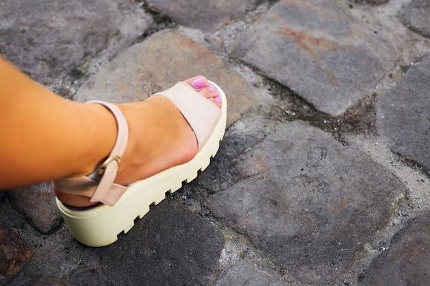 Elegant meisjesbeen met een pedicure en een mooie witte schuurmachine