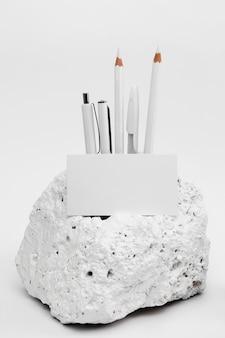 Elegant minimalistisch wit stenen stuk met briefpapier
