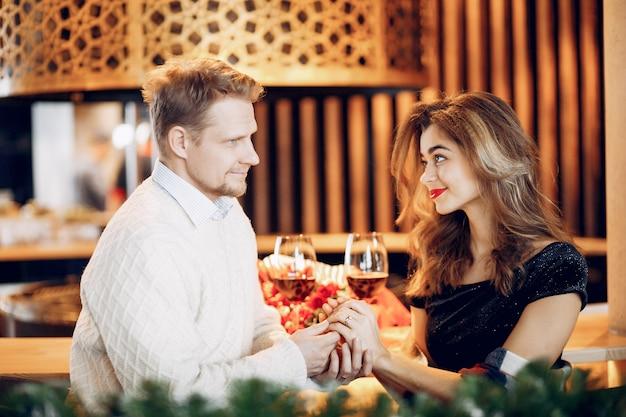 Elegant paar brengt tijd door in een restaurant