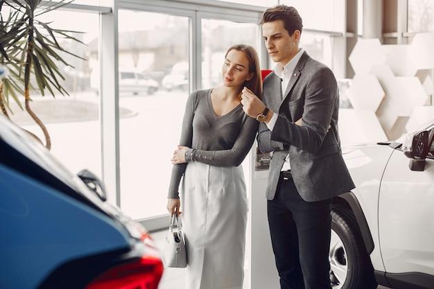 Elegant paar in een autosalon