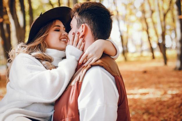 Elegant paar in een zonnig de herfstpark