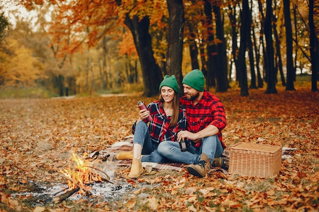 Elegant paar tijd doorbrengen in een herfst park