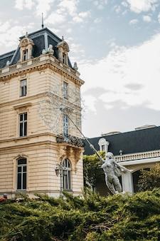 Elegant potocki-paleis in franse stijl van dichtbij geschoten, gelegen in het centrum van lviv.