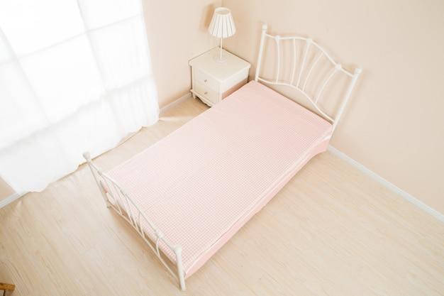 Elegant romantisch slaapkamerbinnenland in pastelkleuren