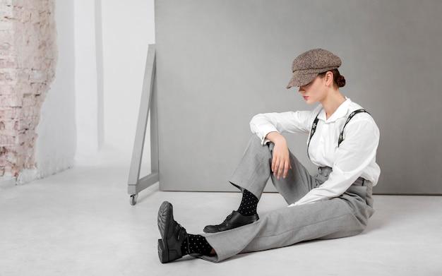 Elegant vrouwelijk model in elegant wit overhemd en bretels. nieuw vrouwelijkheidsconcept