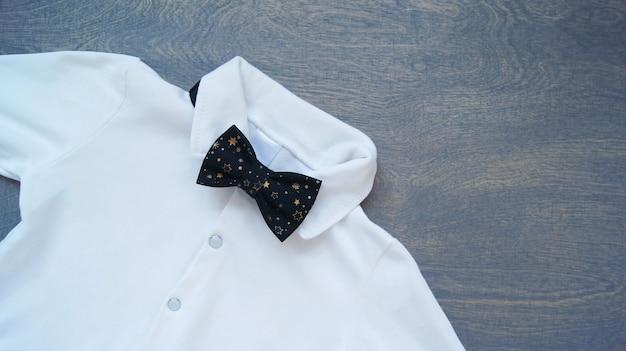 Elegant wit vakantieshirt met zwarte vlinderdas voor een jongen.