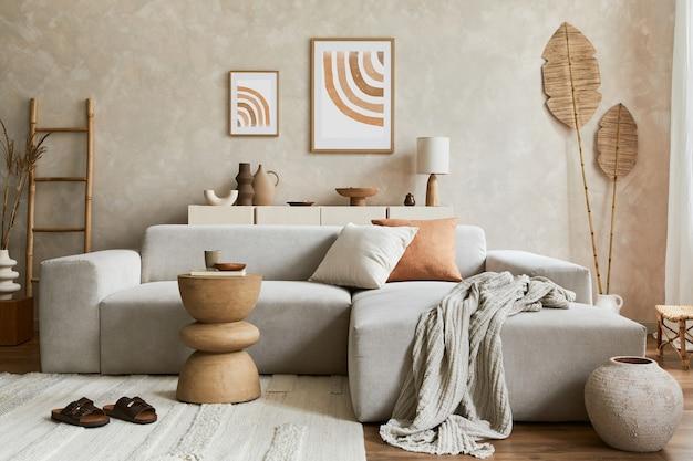 Elegant woonkamerinterieur met mock-up posterframe, grijze hoekbank, salontafel en persoonlijke accessoires. pastel neutrale kleuren. sjabloon.