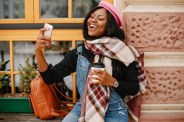 Elegant zwart meisje in een de winterstad