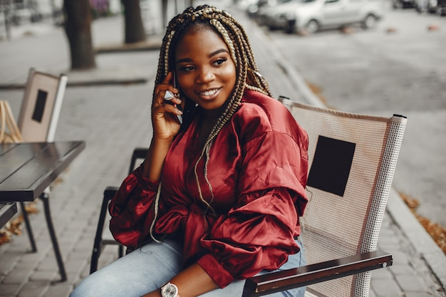 Elegant zwart meisje in een de zomerstad