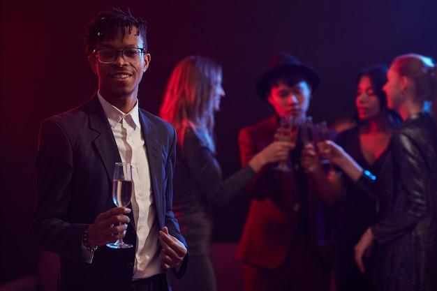 Elegante afrikaanse man poseren in nachtclub