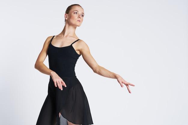 Elegante ballerina in een zwarte jurk