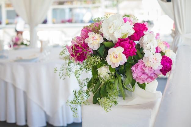 Elegante bloemdecoratie op tafel in restaurant voor een evenement, feest of bruiloft